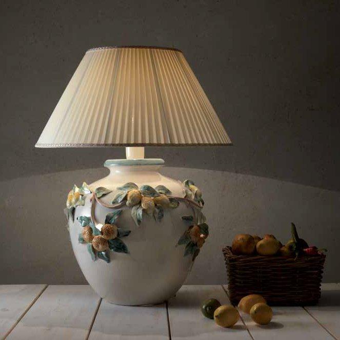 l ndlich rustikale vasenleuchte mit stoffschirm und relief auf der keramik. Black Bedroom Furniture Sets. Home Design Ideas