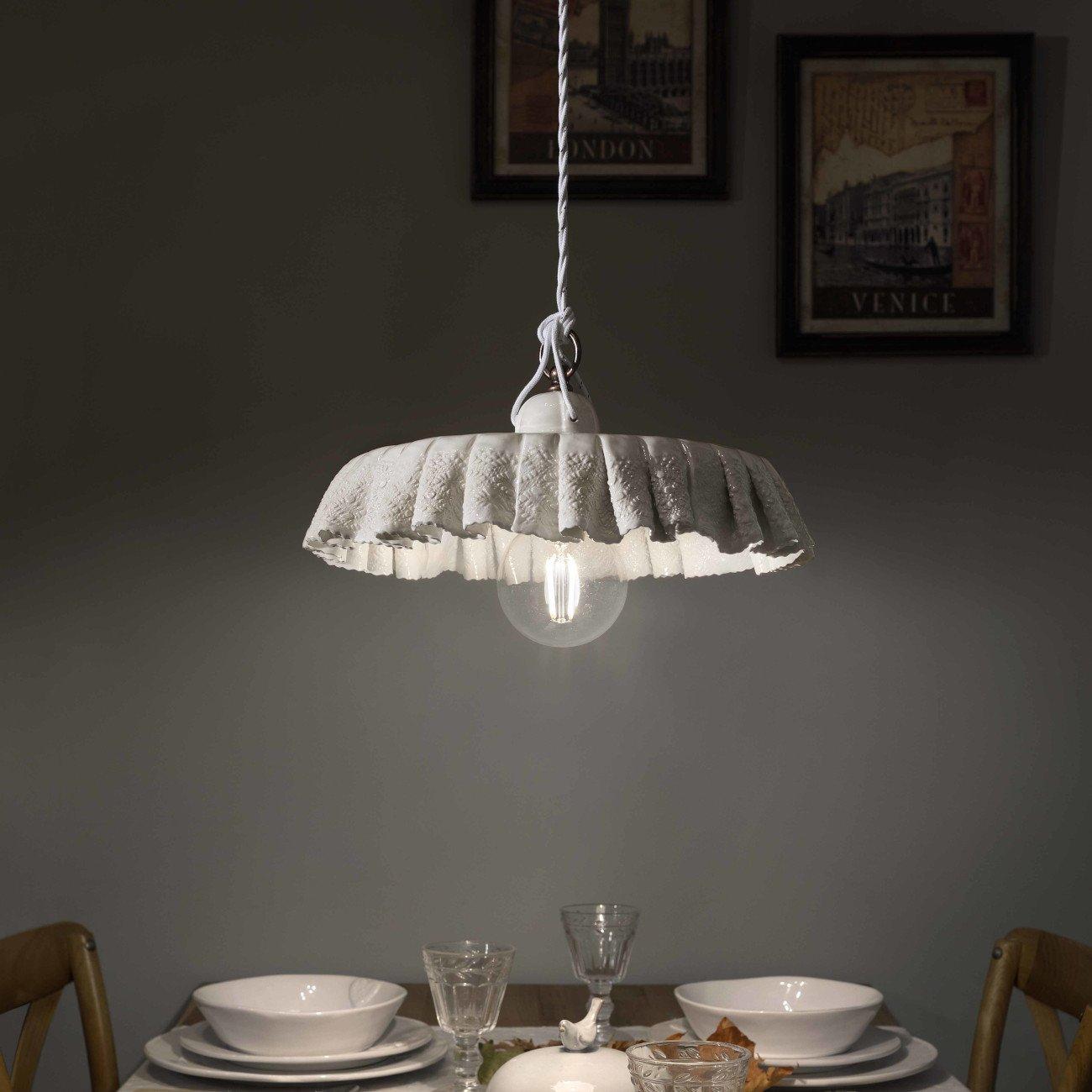 ausgefallene pendelleuchte mit keramikschirm in tuchoptik. Black Bedroom Furniture Sets. Home Design Ideas