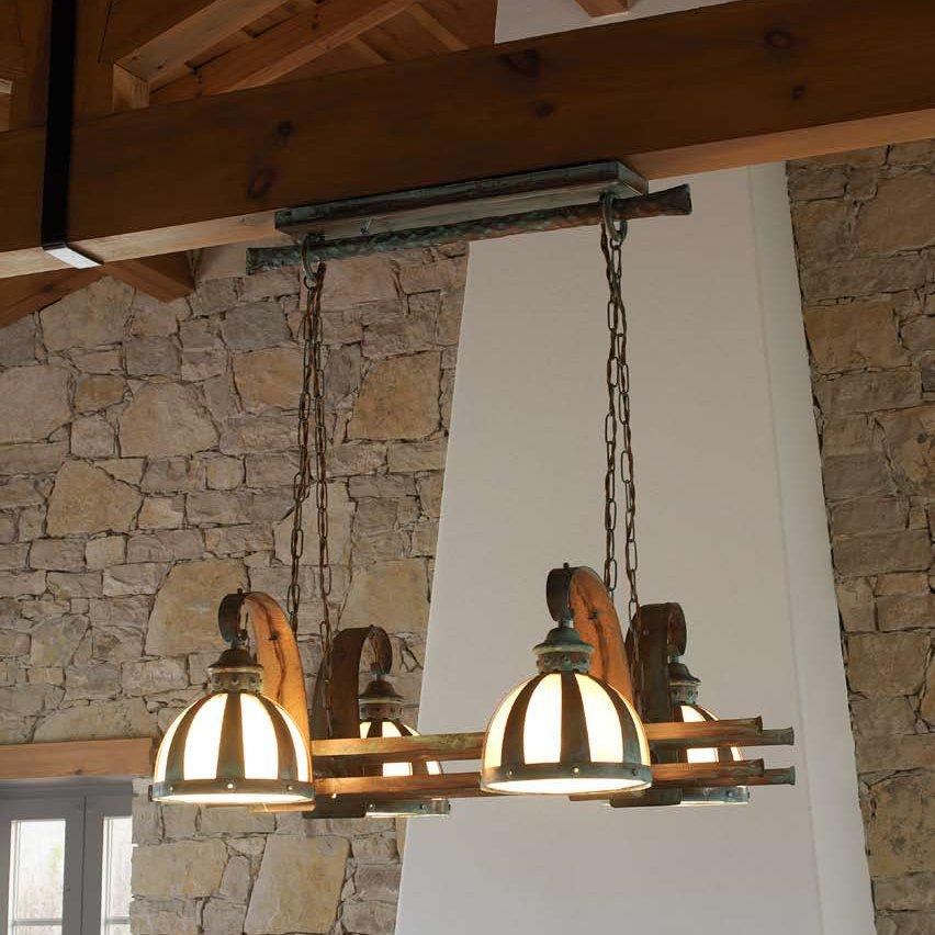 rustikale balkenlampe zur beleuchtung in rustikalem. Black Bedroom Furniture Sets. Home Design Ideas