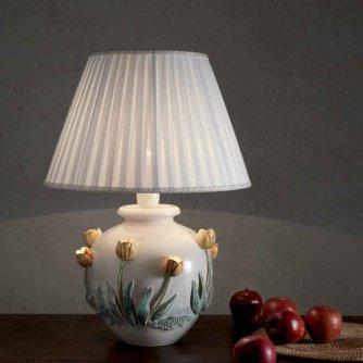 l ndlich rustikale vasenleuchte mit stoffschirm und tulpen auf der keramik. Black Bedroom Furniture Sets. Home Design Ideas
