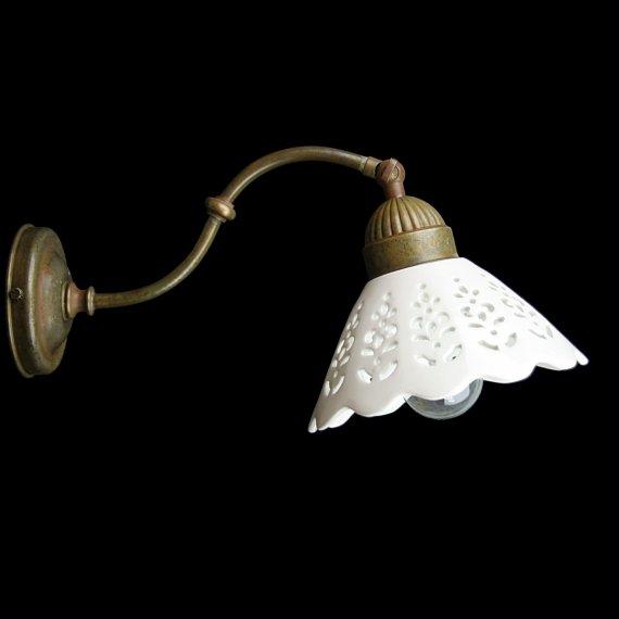 geschwungene wandlampe fiori di pizzo in patiniertem messing mit keramik schirm von il fanale. Black Bedroom Furniture Sets. Home Design Ideas